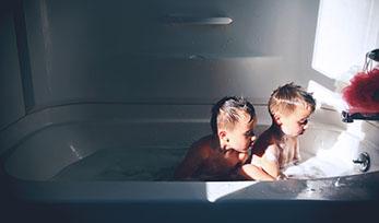 деца във вана